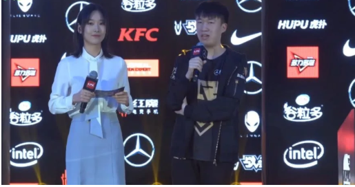 LOL:小虎女朋友安然现场看RNG比赛!小虎采访时比心示爱!